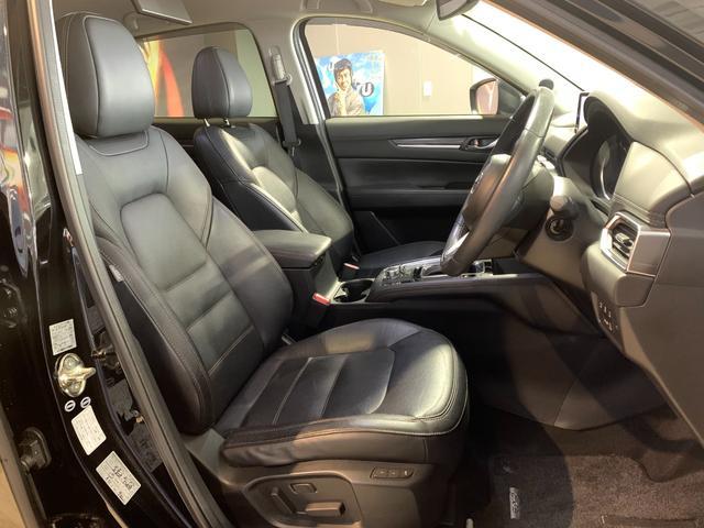 ホールド性と快適性のあるブラックレザーフロントシート(パワーシート/シートヒーター付き)