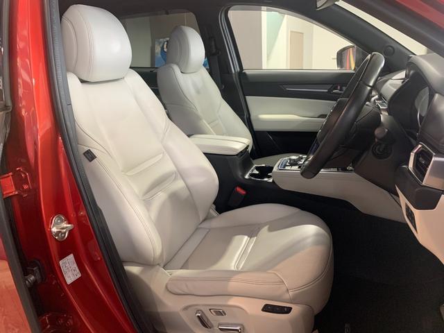ホールド性と快適性を兼ね備えたホワイトレザーシート、(パワーシート/シートヒーター機能付き)