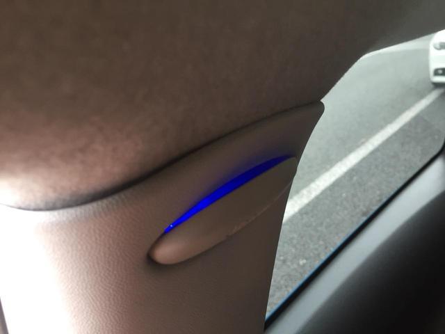 夜の車内は純正のブルーのイルミネーションでお洒落に演出してくれます。