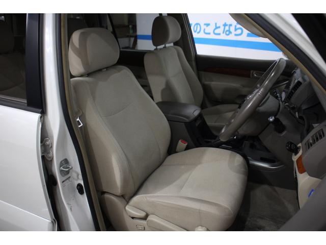 アイポイントが高く運転しやすいフロントシート