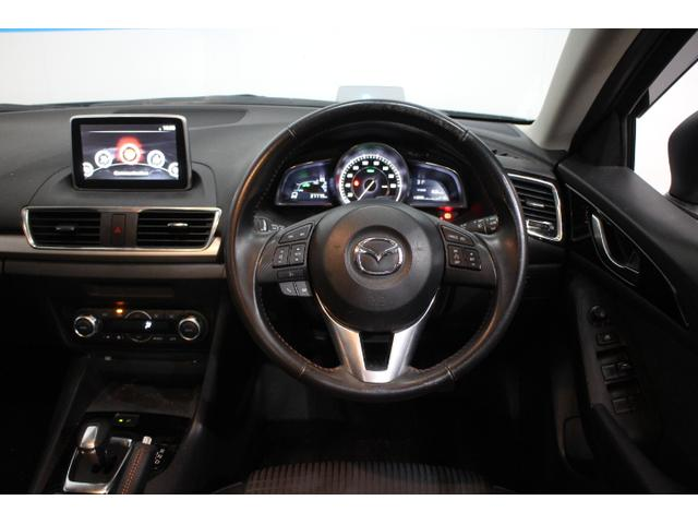 ステアリングホイールや単眼メーターとドライバーの体の中心を同軸にレイアウト、クルマとドライバーの一体感を演出
