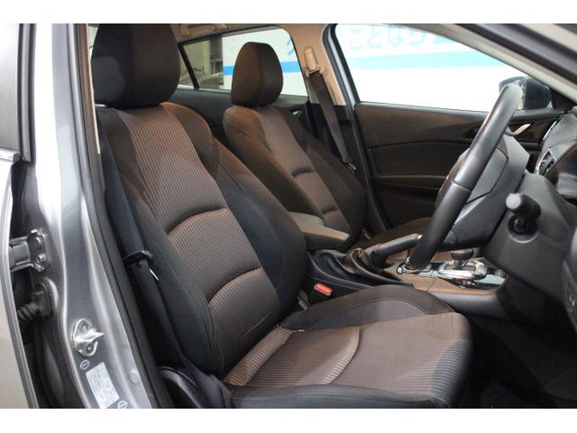 凝縮感のあるドライバーオリエンテッドな空間と、開放的で心地よいパッセンジャー空間を両立