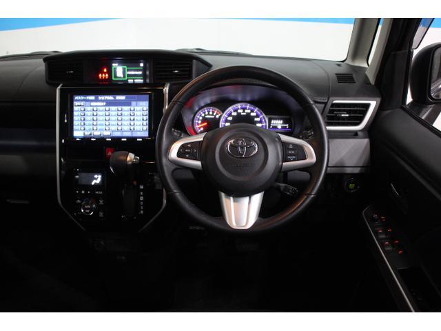 水平に広がるインストルメントパネルと運転席前に配置したメーターは、フードを低く抑えることで視認性を確保