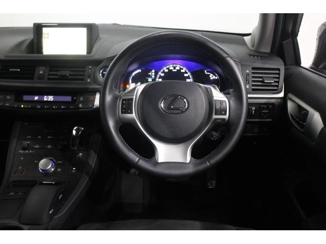 運転操作にかかわるスイッチやシフトノブなどを運転席まわりに集約させることで、操作性を高め、ドライビングコクピットとしての包まれ感も演出