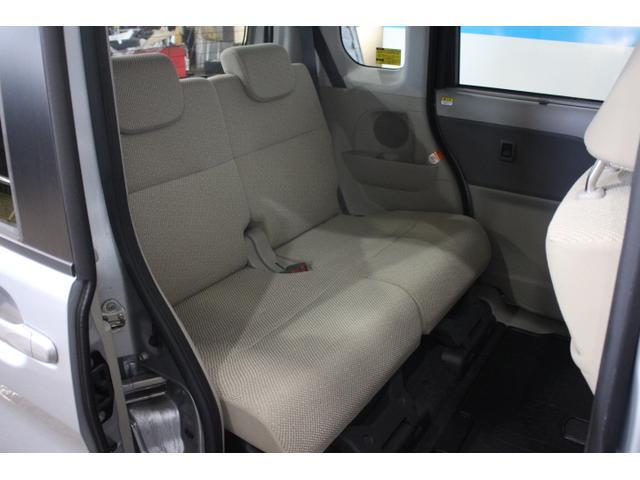 後席下部の出っ張り部分をなくし、広大なフラットスペースを確保。