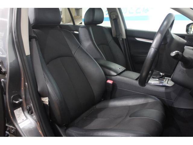 ホールド性と快適性を兼ね備えたフロントシート(ハーフレザーシート)