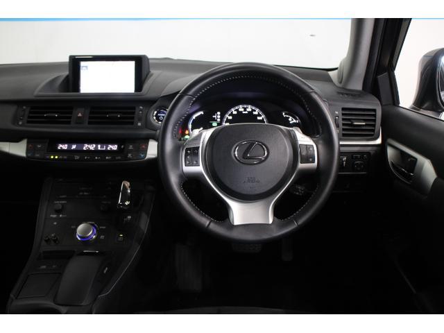 レクサス独自の視認系と操作系を分離した機能レイアウトとし、運転操作に関わるスイッチやシフトノブなどを運転席まわりに集約させることで、操作性を高め、ドライビングコクピットとしての包まれ感も演出している。