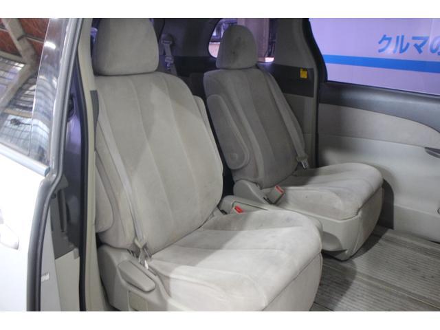 7人乗り車は、800mmのロングスライドが可能なリラックスキャプテンシート(横スライド機構付)セカンドシート。