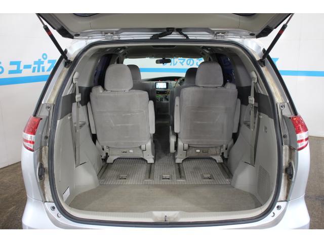 サードシートの床下格納により、フラットで広々としたラゲージスペースを作り出す。
