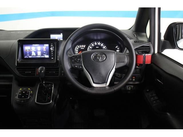 ドライバーが運転しやすく、同乗者も快適に過ごせるよう、低くワイドなインストルメントパネルとすることで、圧倒的な広さ感、見晴らしを追求。