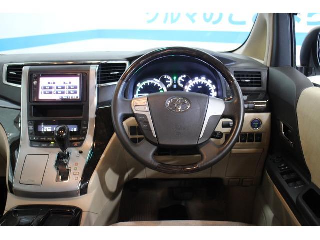 内装はスピードメーターデザインやシート表皮、木目色の変更により、高級感をさらに高めている。
