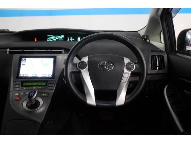 充電中や電池残量が規定量以上ある場合に、キー操作で冷房作動ができるリモートエアコン、快適温熱シート(フロント)、さらに新サービス「PHV Drive Support」を全車に標準装備した。