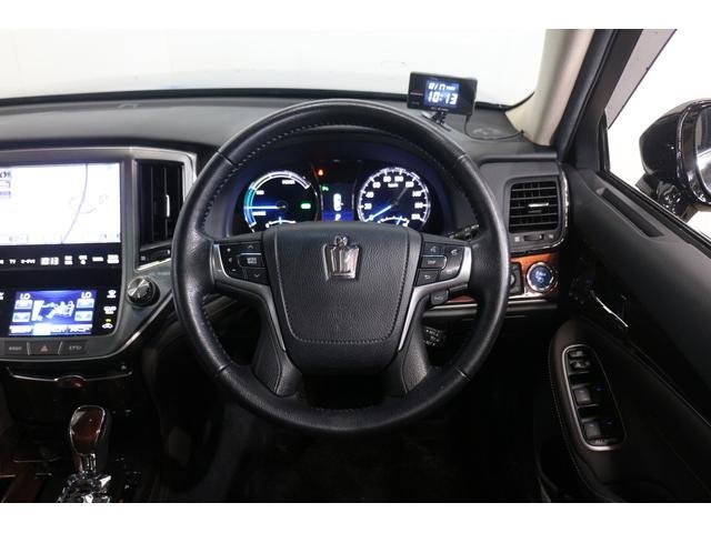 運転席からの目視だけでは確認しにくい車両周囲の状況を、シフト操作と連動してナビゲーション画面に表示する「パノラミックビューモニター」を装備