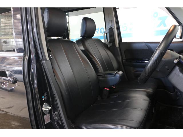 ブラック基調の専用シートを採用