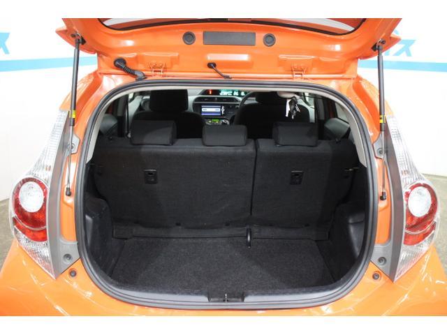 荷室はハイブリッドバッテリーを小型化し、リヤシート下に配置することで、容量305Lの広い荷室空間を実現。