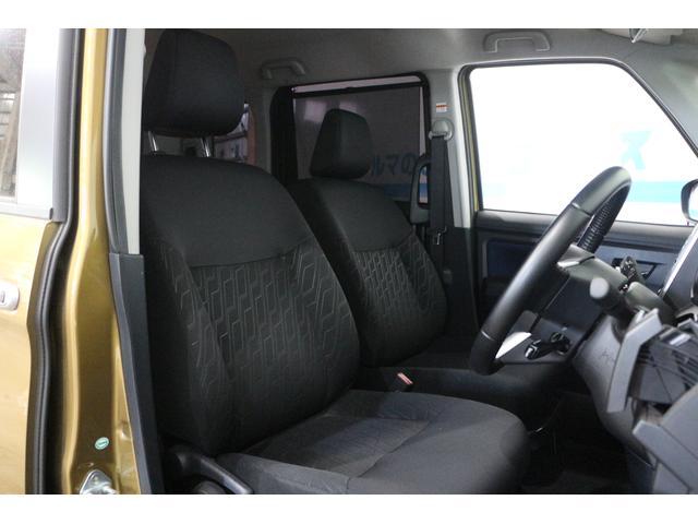 運転席前に配置したメーターは、フードを低く抑えることで視認性を確保