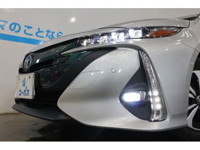 透明アクリル樹脂を採用した大型グリルと4眼LEDヘッドランプが未来を見据えるシャープな顔つきで先進感を表現