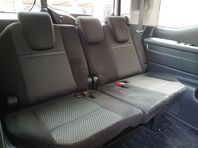 3列目のシートを左右に分割して床下格納できるマジックシート。