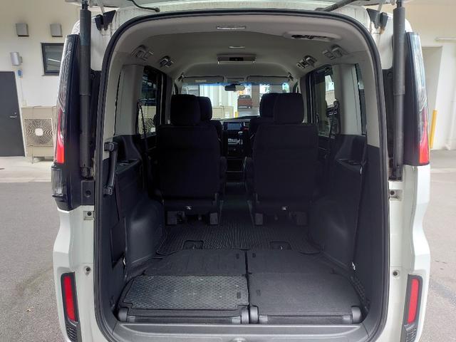 3列目シートは床下へ収納可能。低床タイプなので自転車等も乗せやすく、圧倒的な広さ。