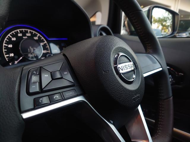走行中でもナビ画面を見ずに音量調節やチャンネル切り替えが可能なステアリングスイッチ。