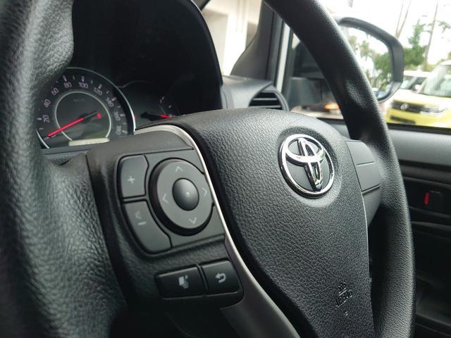 運転中でもナビ画面を触らずに音量調節ができるステアリングスイッチ付き