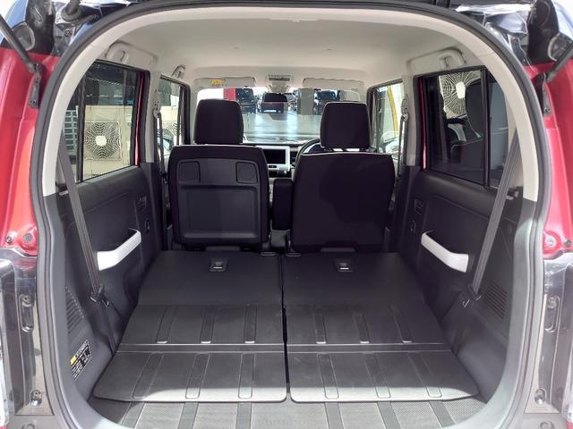 後部座席は分割可倒式でシートを倒せば大きな荷物も収納可能。