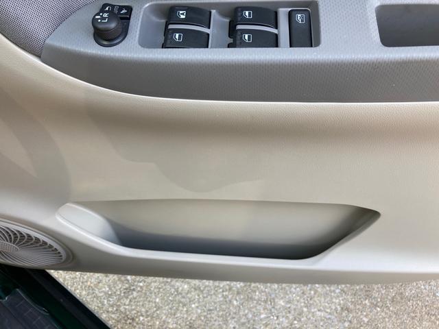 運転席側ドア下部に書類入れあります。