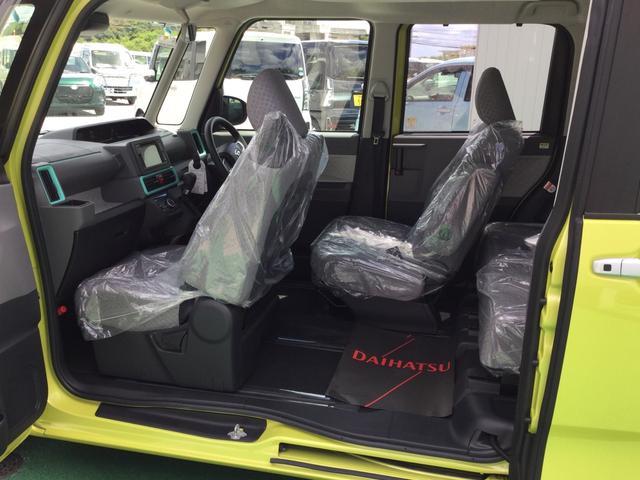 運転席が写真のようにバックします。降車することなく運転席に座ったまま後席の荷物を取ることができます