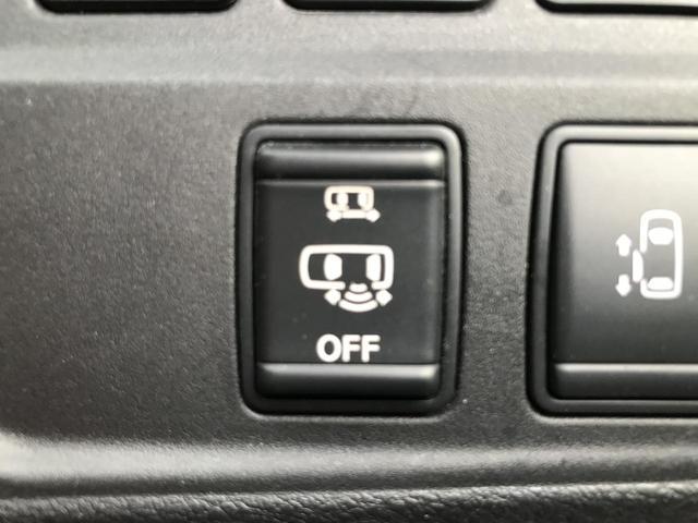 【ハンズフリードア】スライドドアの下部に設けられたセンサーによって足の動きを感知し、スライドドアの開閉を自動的に行います。 鍵を携帯し、スライドドア下側に足先を入れてすぐに引くと自動的に開閉します。