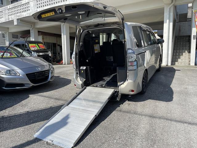 沖縄の中古車 トヨタ ヴォクシー 車両価格 59万円 リ済別 2011(平成23)年 9.3万km ゴールド