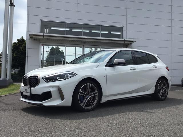 BMW 1シリーズ M135i xDrive 当社試乗車UP・ストレージPKG・純正18インチアルミ・電動リヤゲート・LEDヘッドライト・シートヒーター・パワーシート・アクティブクルーズコントロール・バックカメラ・ミラーETC