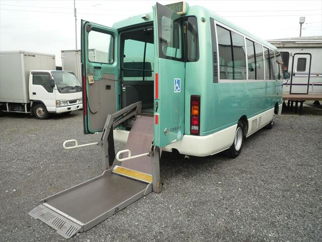 10人乗り車両総重量4450Kg旧普通免許で運転OK 席は6席ございます!車イスは4席固定!折りたたみ式自動ドア!