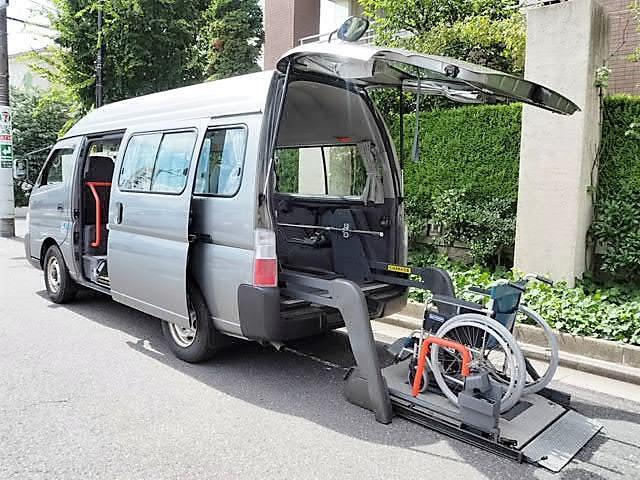 日産 福祉車両 4WDディーセル リヤーリフト 車椅子2名他8名