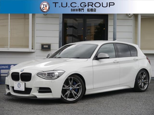 BMW 1シリーズ M135i 直6ターボ 320馬力 ヒーター付黒革 ブリッツ車高調 パドルシフト iドライブHDDナビ Bカメラ iストップ LEDリング付キセノン 黒グリル スマートキー 18AW スモークテール 2年保証