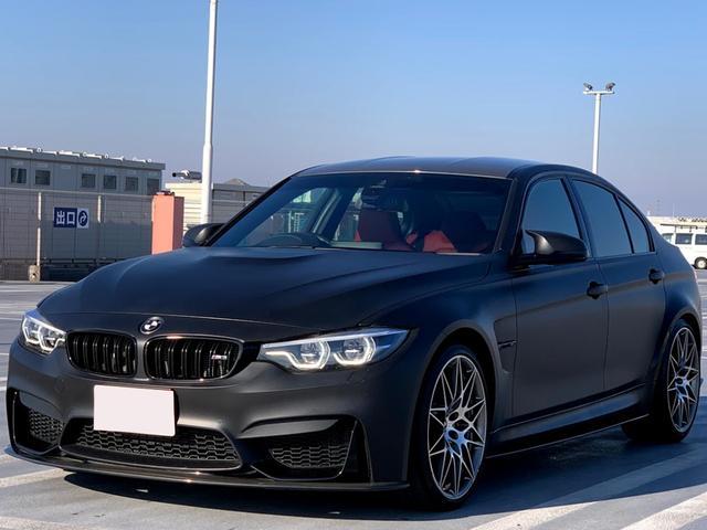 BMW M3 M3セダン コンペティション マットブラックラッピング レッドレザー レザーダッシュボード ハーマンカードン パーキングアシスト レーンチェンジウォーニング ヘッドアップディスプレイ F.S.Rカーボンリップ 専用20インチAW