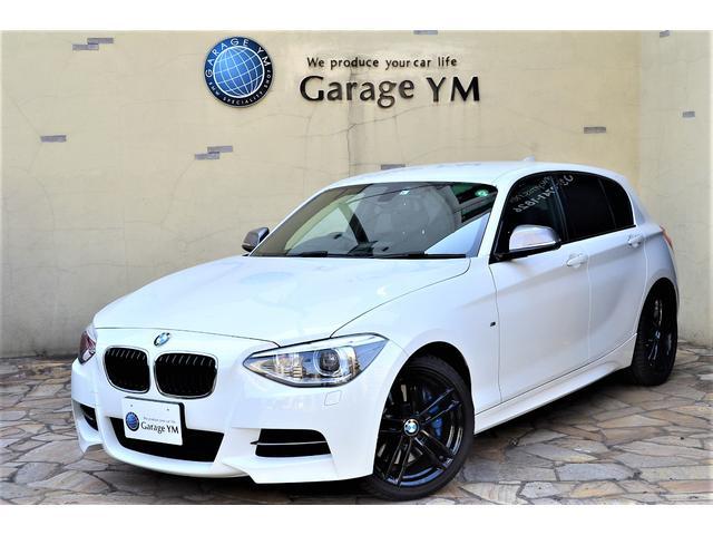 BMW 1シリーズ M135i 8速スポーツAT・Mスポーツブレーキ・Mパフォーマンスディファレンシャル・アダプティブMサスペンション・パワーシート・キセノンヘッドライト・オプション18インチアルミ・ミラーETC・社外バックカメラ