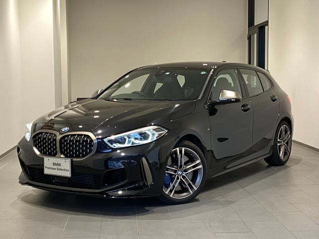 BMW 1シリーズ M135i xDrive 弊社デモカー Mブレーキ ブラックレザーシート 18インチAW アクティブクルーズコントロール シートヒーター ドライビングアシスト パーキングアシスト LEDヘッドライト 電動トランク パドルシフト