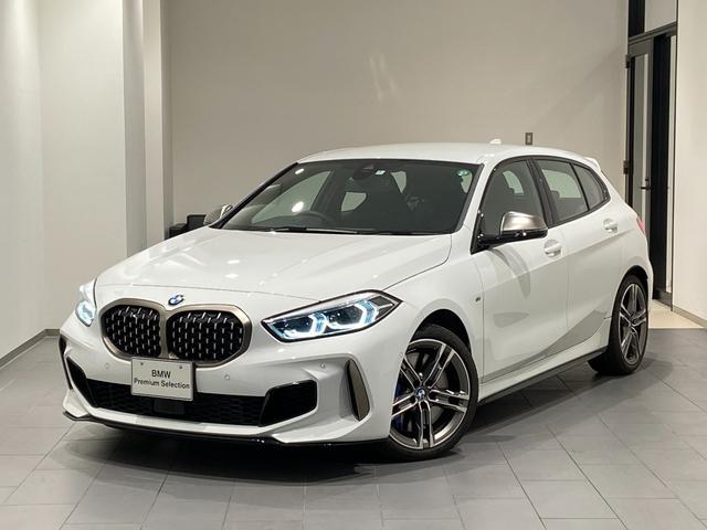BMW M135i xDrive 弊社デモカー デビューパッケージ アクティブクルーズコントロール 18インチAW 禁煙車 電動リアゲート パーキングアシスト ドライビングアシスト コンフォートアクセス シートヒーター バックカメラ