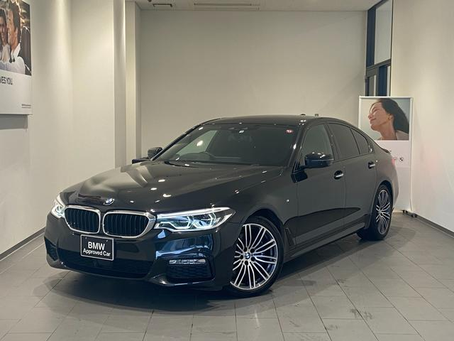 BMW 530i Mスポーツ シートベンチレーション シートマッサージ 禁煙 ソフトクローズドア ブラックレザー ヘッドアップディスプレイ 衝突軽減ブレーキ 全方位カメラ/センサー オートトランク 木目調トリム 19インチAW