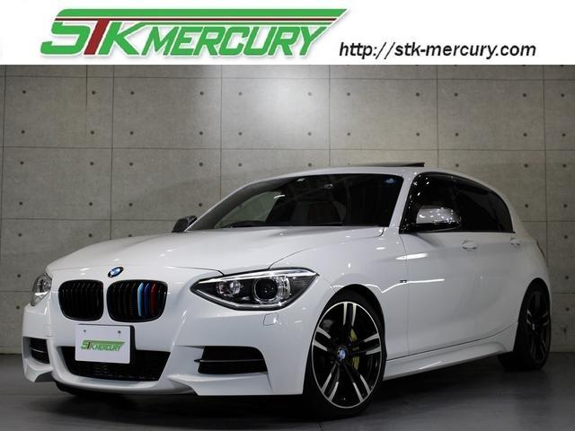 BMW M135i 赤レザー・サンルーフ・純正ナビバックカメラ・Mパフォーマンスマフラー・ドラレコ・アイバッハダウンサス・18アルミ・シートヒーター・パドルシフト・Aストップ・社外キドニーグリル・USB・コンフォートA
