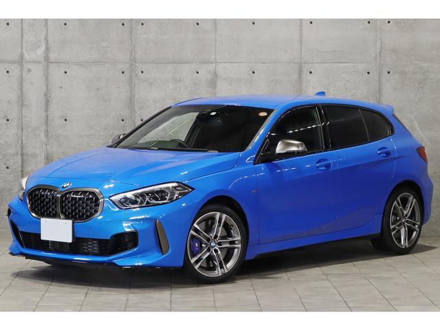 BMW 1シリーズ M135i xDrive 新車保証付 デビューPKG Mスポーツ専用シート アダプティブサス ライブコックピット アクティブクルーズ LEDライト 専用18インチAW 地デジチューナー Mスポーツブレーキ 1オーナー車
