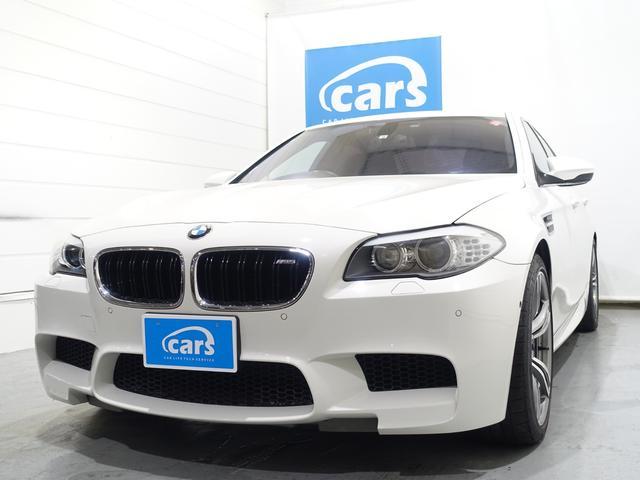 BMW M5 禁煙車 ターボクーラントライン交換済み サンルーフ 20インチAW フルエアロ クワッドマフラー 全方位カメラ 黒本革ベンチレーションシート ヘッドアップディスプレイ 純正ナビ フルセグ レーダー