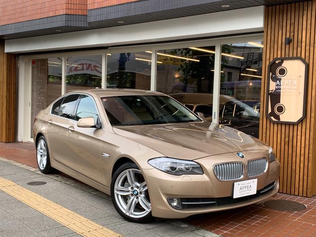 BMW 5シリーズ 550i 正規ディーラー車 左ハンドル 1オーナー V8エンジン搭載 5シリーズTOPグレード コンフォートPKG 特注Mスポーツ用純正19インチAW装着 ベージュ本革シート&本革内装 ヘッドアップディスプレイ