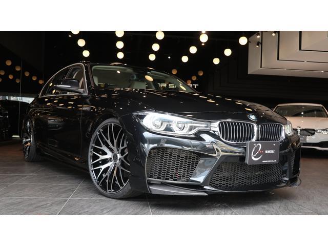 BMW 3シリーズ 330eラグジュアリーアイパフォーマンス エナジーコンプリートカーEVO30.2 パーキングサポートパッケージ ヘッドアップディスプレイ オイスターレザーシート EVO30.2専用カーボンリップスポイラー付 新品エナジーMSエアロ&マフラー等