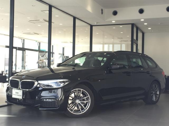 BMW 523d xDriveツーリング Mスピリット 全周囲カメラ アクティブクルーズコントロール 前後ソナー ヘッドアップディスプレイ 衝突被害軽減ブレーキ LEDヘッドライト 電動リアゲート ブラックレザーシート フルセグTV スマートキー