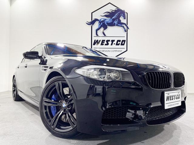 BMW M5 M5 560PSサンルーフ黒革シート純正20inchMブルーキャリパー黒キドニーグリルリアスポレーンディパーチャー純正ナビ地デジTVアラウンドビューヘッドアップディスプレイナイトビジョン過去記録簿スペアキー