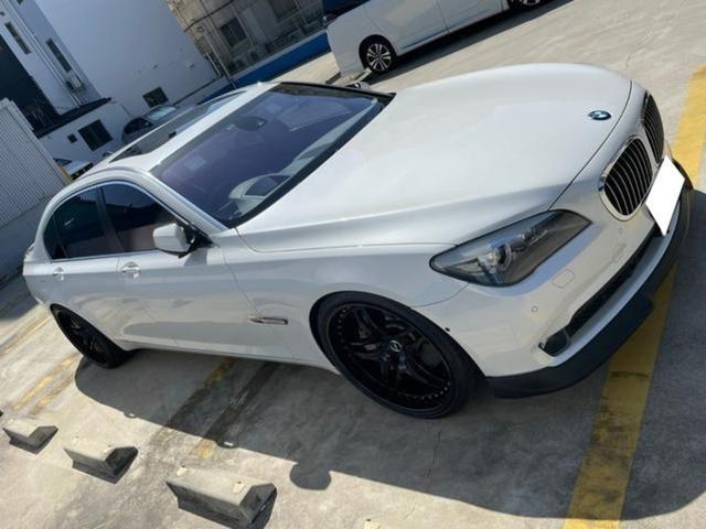 BMW 760Li 正規ディーラー車 V型12気筒DOHCツインターボ サンルーフ 純正後席モニター リアスモーク TWS鍛造22インチ ロワリングキット装着 カーボンリアウィング クルーズコントローラー 黒革電動シート
