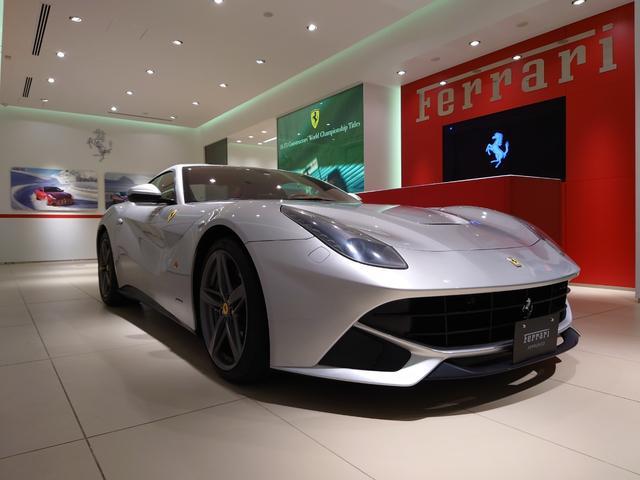F12ベルリネッタ ベースグレード D車 フロントサスペンションリフター スクーデリアフェラーリシールド 20インチグリージョホイール リアカメラ スポーツシルカバー 内装レザーロッソカラー仕様 スペシャルカラーステッチ