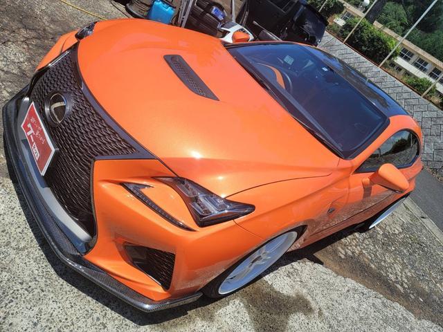RC F(レクサス) ベースグレード ルーフカーボンラッピング フロントリアカーボンスポイラー ディフューザー サイドスポイラー リアウイング カーボンラッピング BLITZ車高調 ワークグノーシス20インチAW ワンオフマフラー 中古車画像