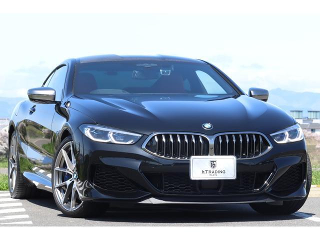 BMW 8シリーズ M850i xDriveクーペ 1オーナー 保証付 カーボンファイバールーフ レーザーライト 20AW フィオナレッド&ブラックindividualメリノフルレザー アルカンターラルーフライナー 後退アシスト